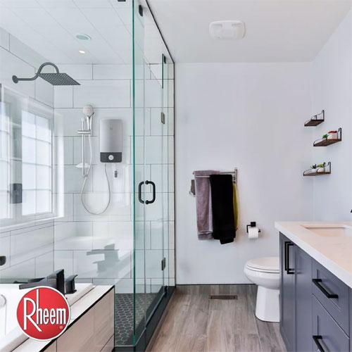 Một phòng tắm với một máy nước nóng không bồn chứa được lắp đặt bên trong