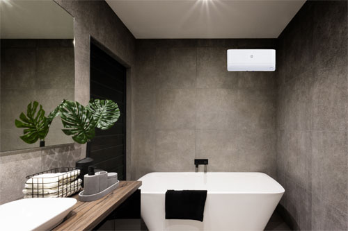 Phòng tắm tối giản với máy nước nóng được lắp trên tường